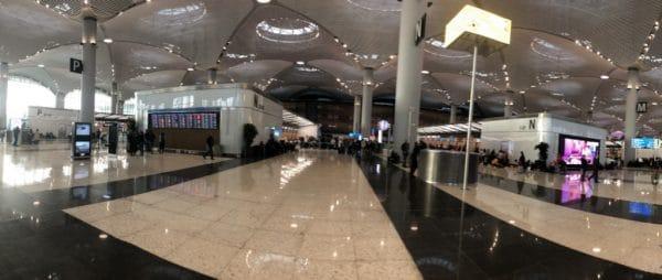 Вход в новый аэропорт и стойки регистрации рейсов
