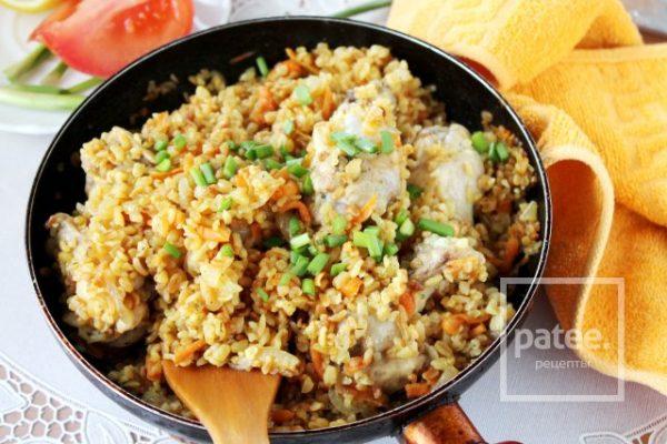 Быстрый рецепт плова из булгура с курицей в сковороде