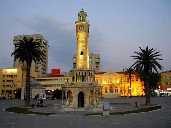 Часовая башня на площади Конак