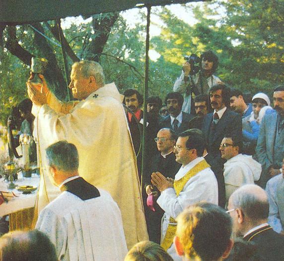 Папа Иоанн II проводит богослужение у Дома Девы Марии